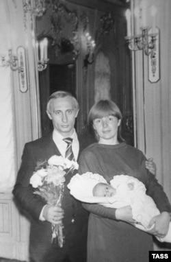 Владимир Путин мен оның бұрынғы әйелі Людмиланың қыздары Мариямен түскен суреті. Ленинград, 1985 жылдың көктемі.