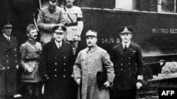 Almaniya 1918-ci ildə təslim aktını imzaladıqdan sonra. Matthias Erzberger ortadadır