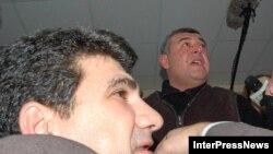 Оппозиция (вверху) наседает на председателя грузинской ЦИК (внизу) в буквальном смысле