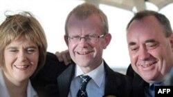 Шотландия үкімет басшысының орынбасары Николя Стургеон (сол жақтан бірінші). Глазго, 25 шілде 2008 жыл