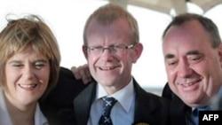 جرج میسون ( نفر وسط) عضو حزب ملی اسکاتلند که در انتخابات روز جمعه پیروز شد. AFP
