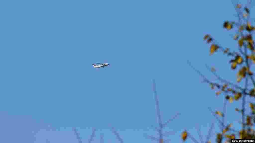 З розташованого за 10 кілометрів звідси військового аеродрому «Бельбек» злетів і голосно гуде в небі великий цивільний літак. З цивільних бортів на цьому аеродромі приймають тільки літаки із віп-пасажирами – російськими чиновниками високого рангу – президентом або міністрами, які прилітають на півострів у справах або на відпочинок