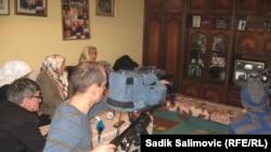 Srebreničanke gledaju prenos izricanje presude Perišiću, 28. februar 2013.