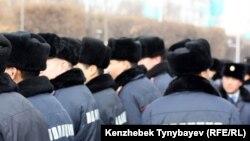 Полицейские наблюдают за митингом на площади Республики. Алматы, 17 декабря 2009 года.