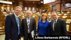 Štefan Füle alături de Ghoerghe Brega, Natalia Gherman și Andrian Candu în Parlament