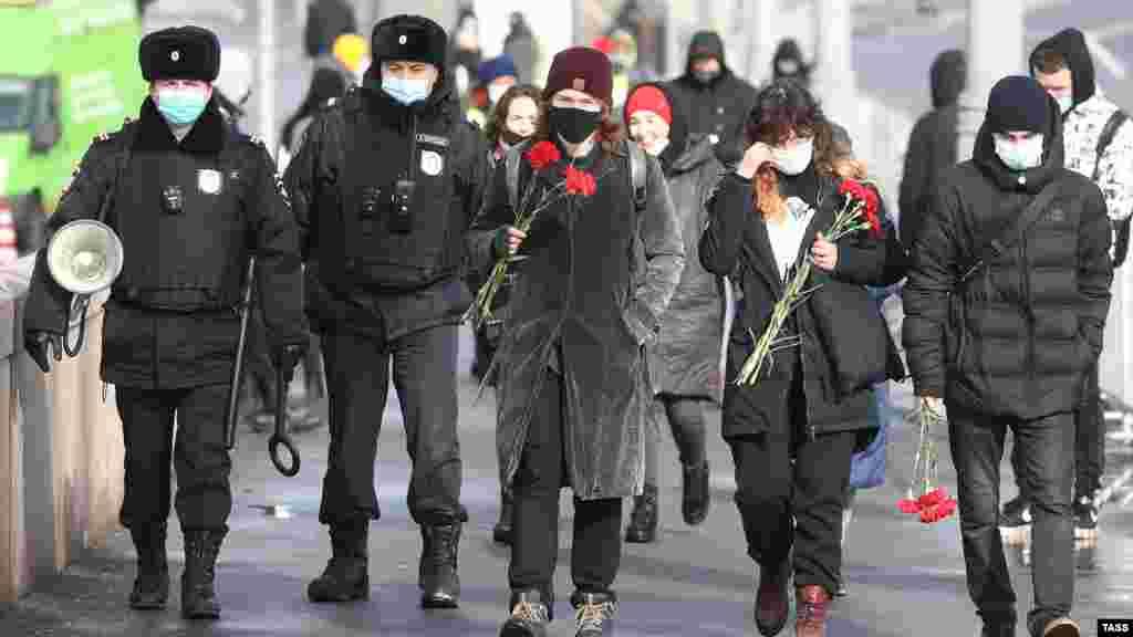 Участники акции не выкрикивали лозунгов, полиция, в свою очередь, в происходящее не вмешивалась – только перекрыла Красную площадь
