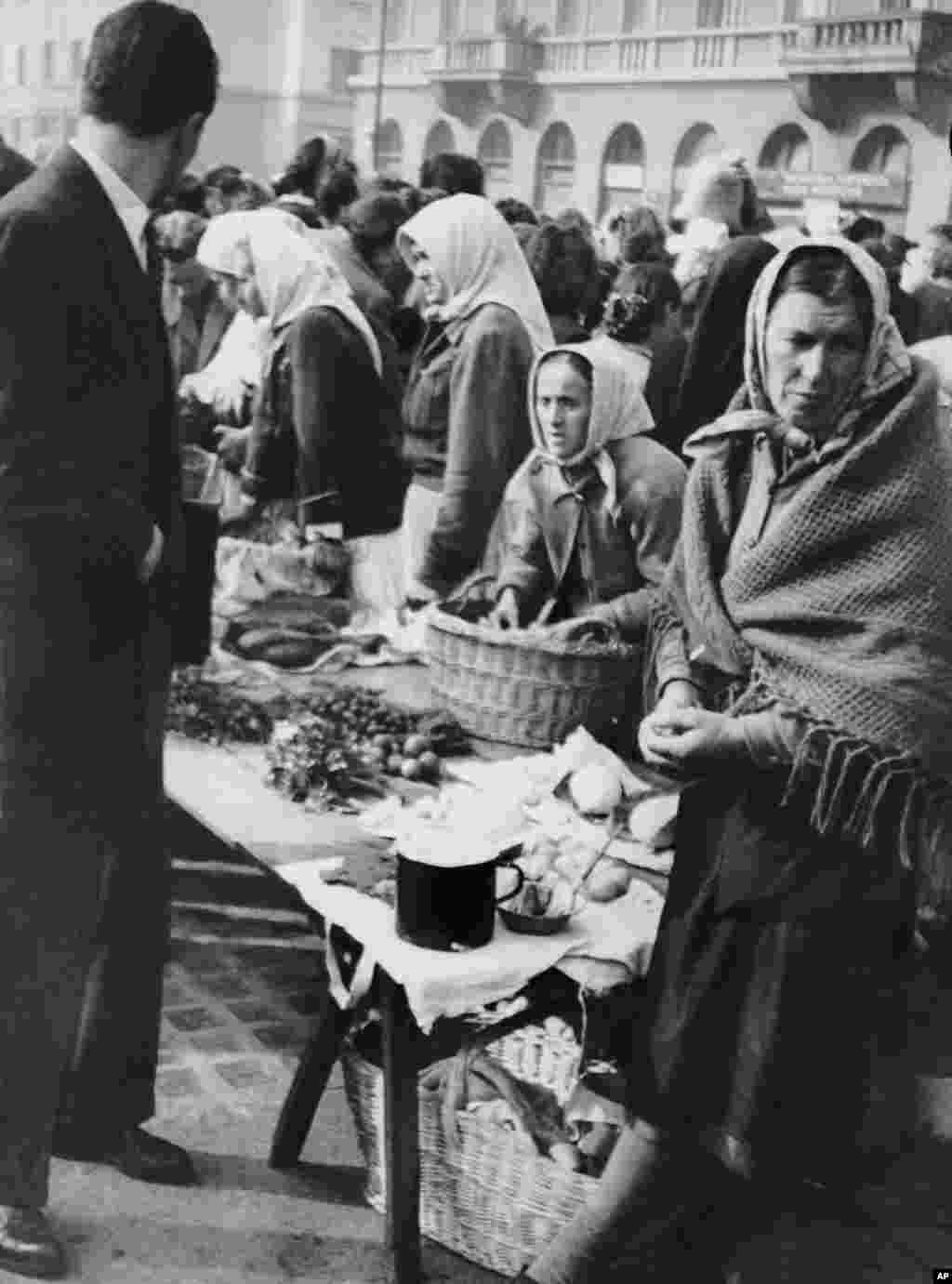 Белградский рынок в 1950 году, когда напряженность в отношениях с Советским Союзом привела к торговой блокаде, нехватке продовольствия и опасениям военного вторжения. В то время Тито проводил безжалостные репрессии против тех, кто сочувствовал Советскому Союзу. Сотни людей были убиты в ходе политических репрессий, а тысячи отправлены в исправительно-трудовые лагеря.