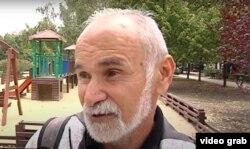 Житель Донецка во время опроса