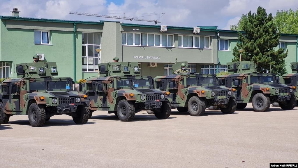 """Automjetet e tipit ASV të dhuruara nga SHBA-ja, shihen në kazermën """"Adem Jashari"""" në Prishtinë më 30 gusht 2021."""
