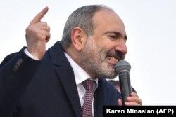 Nikol Pasinján beszél támogatóihoz Jerevánban, 2021. február 25-én.