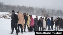 Migranti ispred kampa Lipa kod Bihaća, januar 2020.