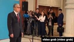 Касым-Жомарт Токаев отвечает на вопросы журналистов на избирательном участке после голосования. Нур-Султан, 9 июня 2019 года.