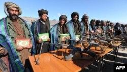 په دې انځور کې هغه طالبان لیدلای شئ چې له افغان حکومت سره یو ځای شوي دي. په افغانستان کې د سولې عمل روان دی.