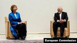 ЕО сыртқы саясат жөніндегі комиссары Кэтрин Эштон (сол жақта) мен Иран сыртқы істер министрі Жавад Зариф. Женева, 15 қазан 2013 жыл.
