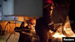 «АрселорМиттал Теміртау» жұмысшылары. Қарағанда облысы Теміртау қаласы, 13 маусым 2012 жыл. (Көрнекі сурет)