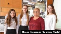 Олена Ненюкова з учнями
