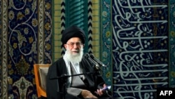 علی خامنهای، رهبر جمهوری اسلامی میگوید که ایران به خاطر تحریمها حاضر به مذاکره با آمریکا و دیگر قدرتهای جهانی نشده است.