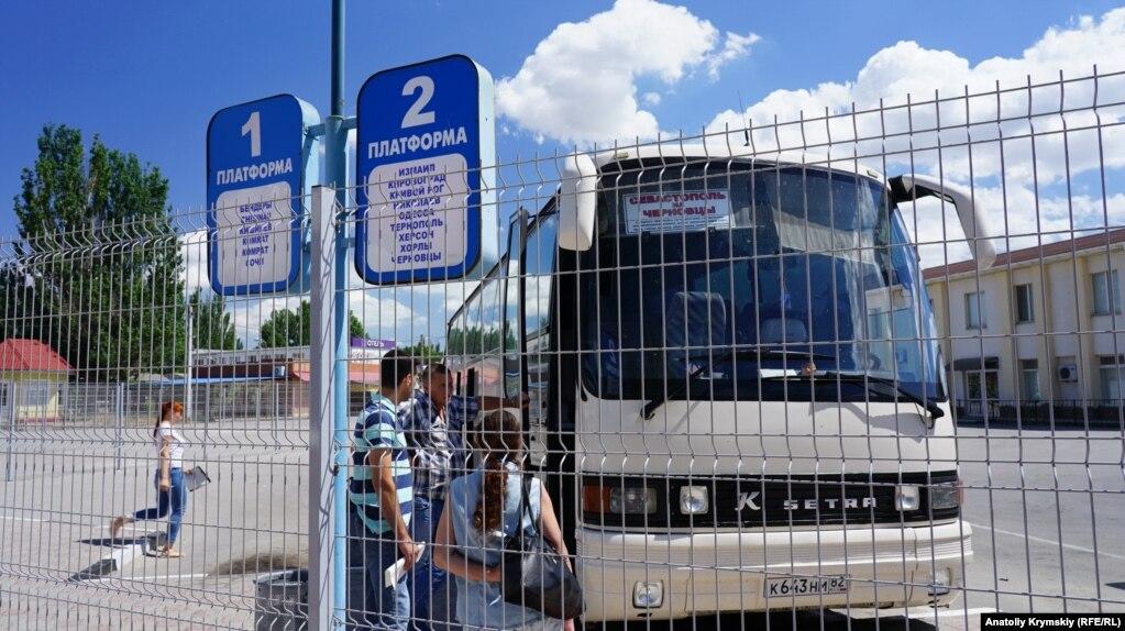 Автобус Севастополь-Черновцы на автостанции Армянска. Он следует только до административной границы с Херсонской областью