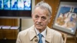 Mustafa Cemilev qırımtatar halqı genotsidiniñ 77 yılına bağışlanğan sergide. Kyiv, 2021 senesi mayısnıñ 18-i