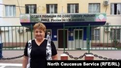 Елена Барзукаева у РОВД по Советскому району Махачкалы