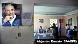 Портрет покойного кубинского лидера Фиделя Кастро (слева) на избирательном участке в Гаване. Иллюстративное фото.
