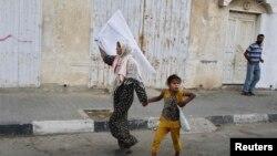 یک زن فلسطینی اهل غزه و کودکش