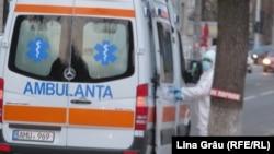 Ambulanța aduce un suspect de coronavirus la spitalul de boli infectioase Toma Ciorba