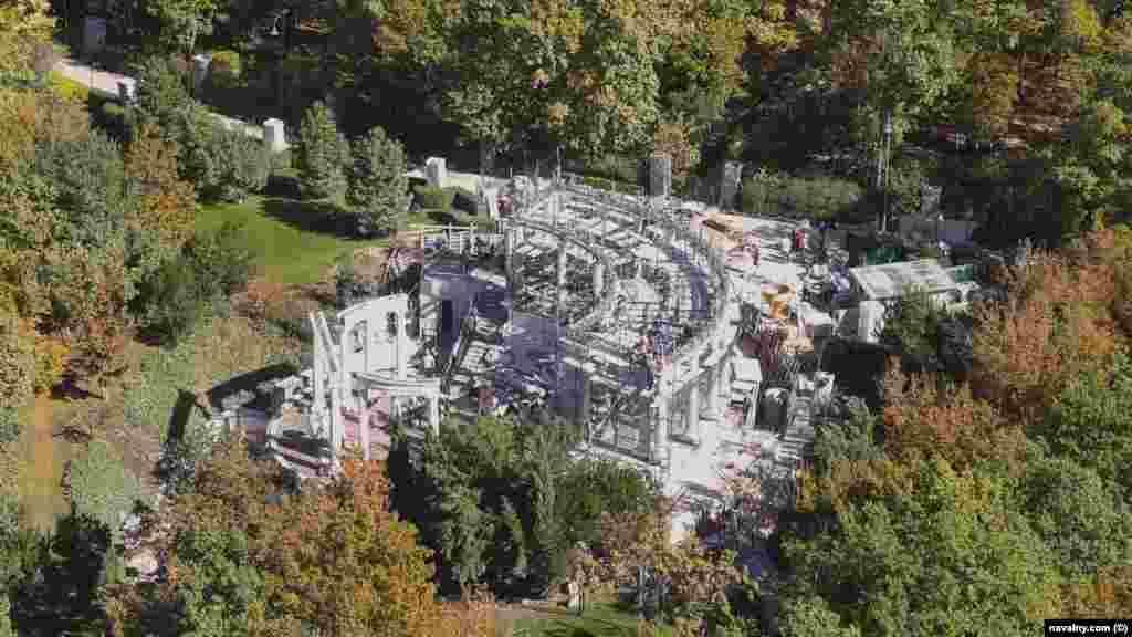 Амфітеатр у великій прибережній резиденції, де триває ремонт. Будівництво ведеться протягом останніх 15 років, але все ще триває капітальний ремонт