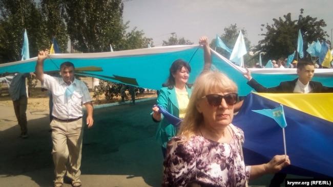 В Новоалексеевке День крымскотатарского флага отмечают автопробегом и шествием