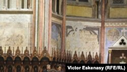 Dirijorul Mark Mast mulțumind publicului la sfîrșitul concertului de la Assisi