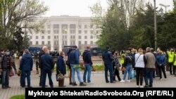 Люди вишикувались у чергу біля Куликового поля в Одесі, щоб вшанувати жертв трагедії 2 травня 2014 року (фото 2 травня 2020 року)