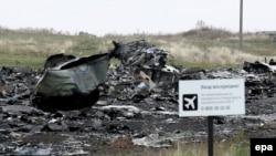 """Знак с надписью """"Вход воспрещен"""" у останков самолета """"Боинг-777"""", сбитого 17 июля близ Донецка. 11 ноября 2014 года."""