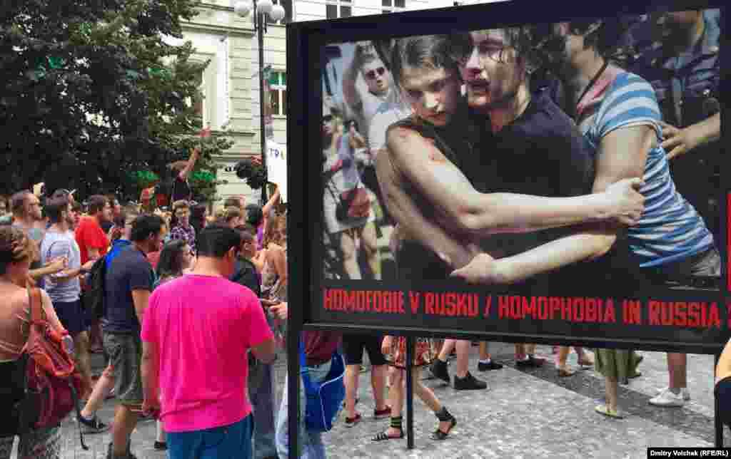 Победителем международного конкурса World Press Photo в 2015 году стал датский фотограф Мадс Ниссен. Награжден был его портрет двух петербургских геев, занимающихся любовью. Цикл фоторабот Ниссена о гомофобии в России размещен на стендах на одной из центральных улиц Праги, по которой шли участники прайда. На этом снимке - нападение гомофобов на участников акции ЛГБТ-активистов в Петербурге