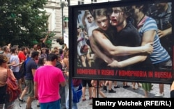 Работа Мадса Ниссена на фотовыставке в центре Праги. 2015 год
