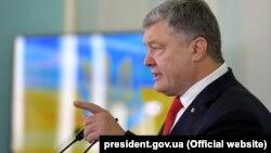 Президент також нагадав, що українська влада заборонила російські соціальні мережі, бо вони використовувалися російськими спецслужбами для ведення дезінформаційної і підривної кампанії