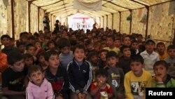 Fëmijët refugjatë sirian, gjatë një ore mësimi në kampin e refugjatëve në një qytet kufitar irakian (Ilustrim)