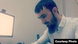 Чеченские власти обвиняют Тумсо Абдурахманова в связях и террористической группировкой «Исламское государство» и заявляет, что он уехал воевать в Сирию