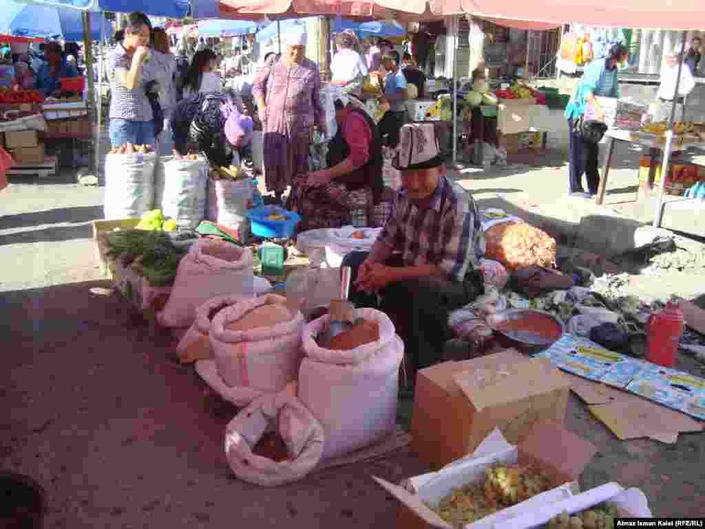 Торговцы предпочитают торговать на проезжей части у центрального рынка