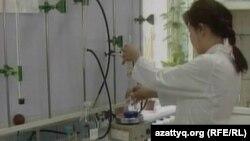 Бензин сапасын тексеріп жатқан зертхана маманы. Алматы, 26 маусым 2012 жыл.