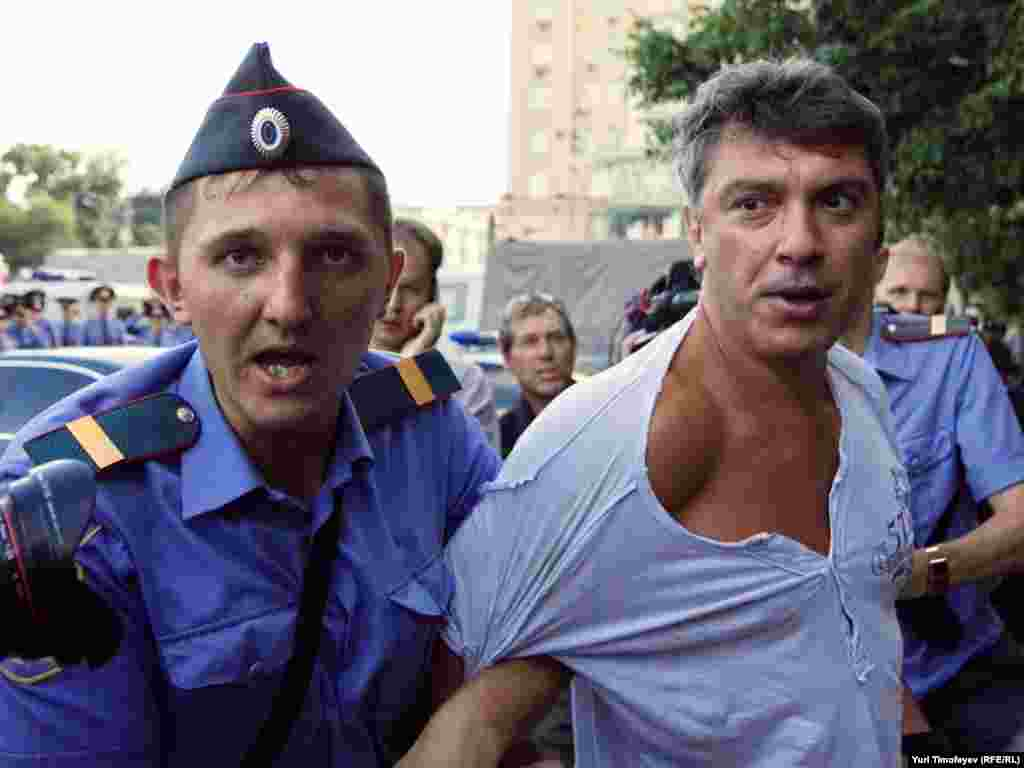 Police detain Russian opposition leader Boris Nemtsov in Moscow on July 31 for attempting to stage an unsanctioned rally to defend the right to freedom of assembly. Photo by Yuri Timofeyev for RFE/RL