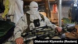 Український військовослужбовець відпочиває на лінії фронту поблизу Авдіївки, що неподалік від окупованого Донецька (архівне фото)