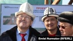 Жантөрө Сатыбалдиев (солдо) Ош шаарында, 10-март, 2014