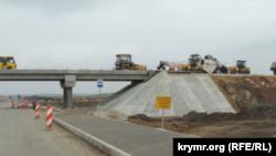 Противоаварийные знаки возле путепроводов в Крыму