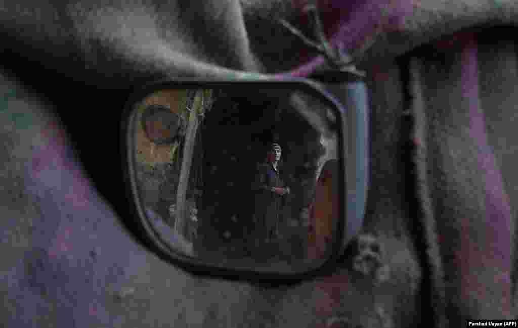 Mazari-Şerif bazaryndaky kömür howlusynda işleýän günlükçi işçi. (AFP/Farshad Usyan)