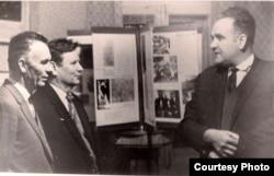 Янка Брыль (справа) з Максімам Танкам і Міколам Аўрамчыкам. 1967 г. З фондаў БДАМЛМ