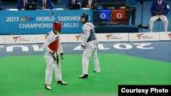 Қайрат Сарымсақов (көк формада) Муджудағы әлем чемпионатында. 25 маусым 2017 жыл.
