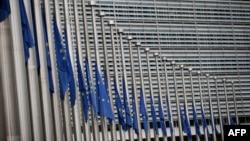 Приспущені прапори ЄС біля будівлі Єврокомісії у Брюсселі. 23 березня 2016 року