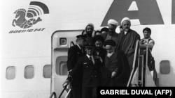 حسن لاهوتی پشت سر آیتالله خمینی در زمان خروج از هواپیمای ایرفرانس در ۱۲ بهمن ۵۷