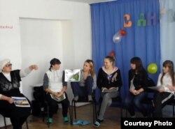 """Тренинг для девушек-сирот, учащихся в профессиональном лицее №3. Темиртау, ноябрь 2012 года. Фото фонда """"Кайсар""""."""