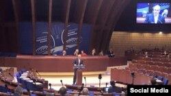 Европа Шурасының кеше хокуклары комиссары Нильс Мужниекс ассамблеядә чыгыш ясый